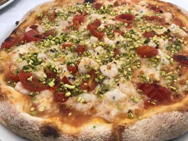 Pizza pronta per essere mangiata