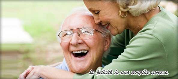una mano di una donna appoggiata su quella di un uomo anziano