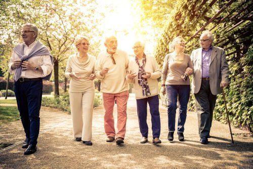 dei signori anziani che camminano