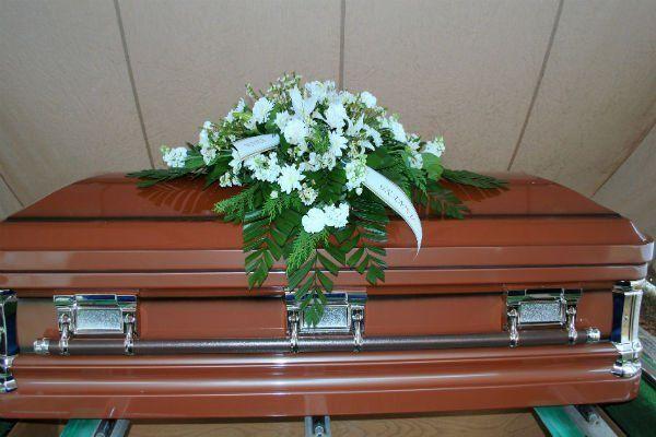 Bara di legno con barre di metallo, centro di fiori bianchi