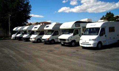 dei camper parcheggiati