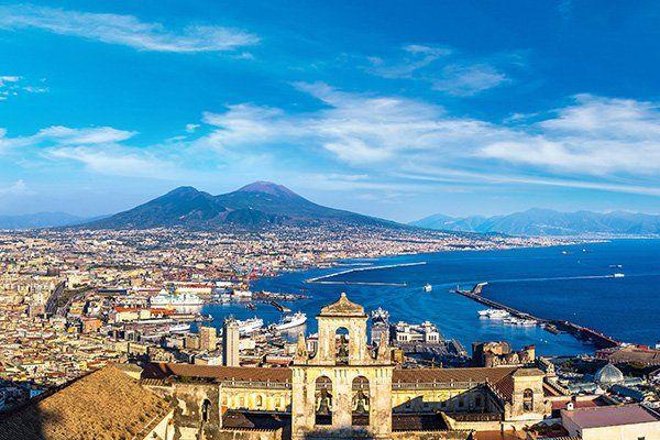 vista da lontano della città di Napoli con il mare e in lontananza il Vesuvio
