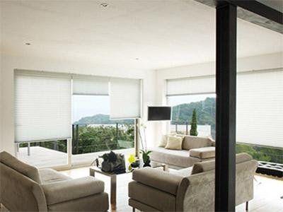 Salotto luminoso con vetrate e divani scamosciati