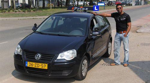 Een van onze instructeurs naast een lesauto van Rijschool RSC Prinz in Emmen