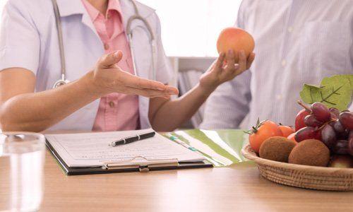 dottoressa con in mano una arancia