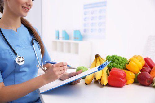 dottoresas controllando della frutta e verdura