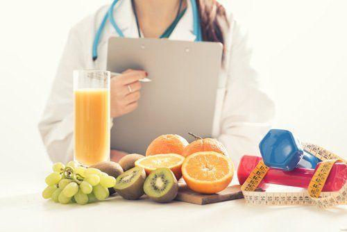 dottoressa che controlla della frutta