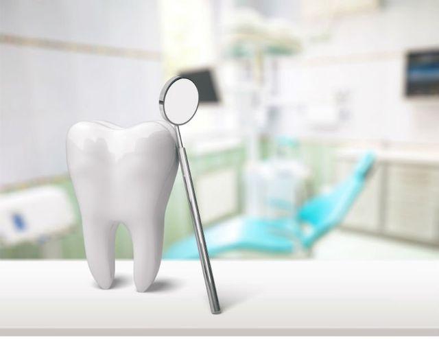 un dente e uno specchietto