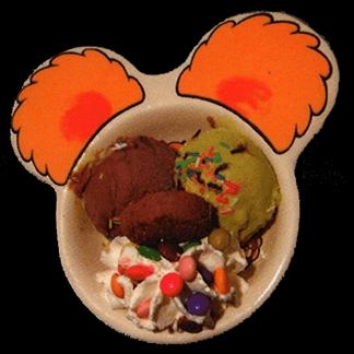 Gelato alla crema, scaglie di cioccolato, pesca e panna