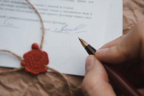 persona che firma un documento