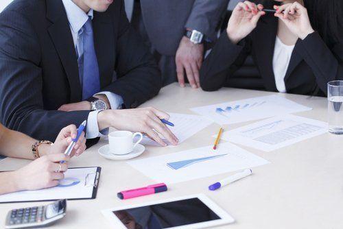 gruppo di persone con abito formale che discutono di lavoro