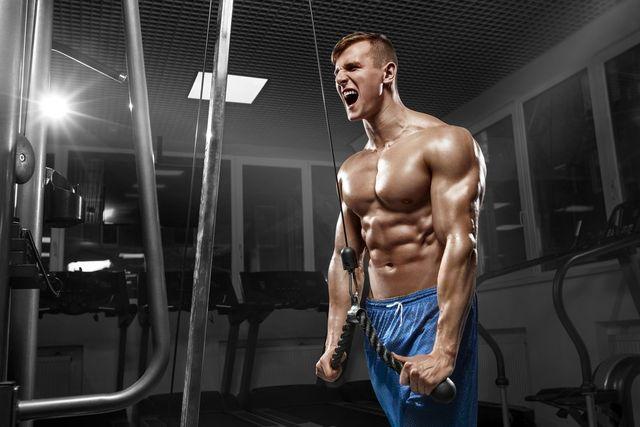 uomo muscoloso durante un allenamento in palestra