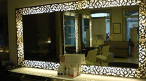 specchio decorato in salone di parrucchieri