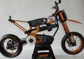 una moto da cross nera e arancione da cross
