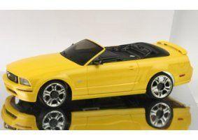 un modellino di una macchinina cabrolet gialla