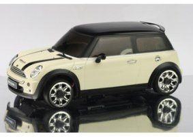 un modellino di una Mini Cooper panna