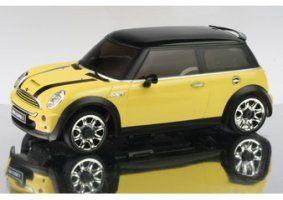 un modellino di una Mini Cooper gialla