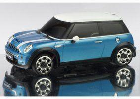 un modellino di una Mini Cooper azzurra