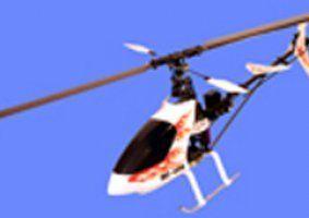 un elicottero bianco con delle fiamme arancioni