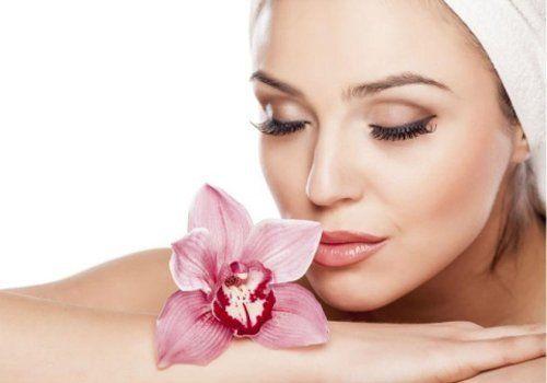 una bella donna in centro estetico durante trattamento di bellezza
