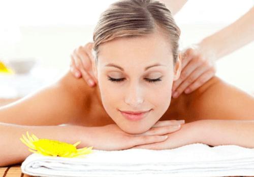 primo piano di una donna che ottiene un massaggio in un centro benessere