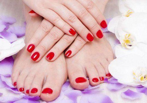 ricostruzione unghie con smalto rosso