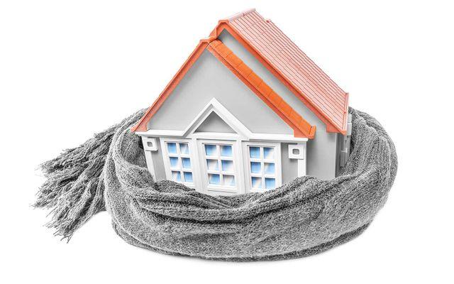 due mani che proteggono un modellino di una casa