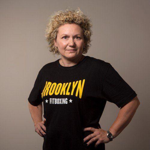 una donna con una maglietta con scritto Brooklyn Fit Boxing
