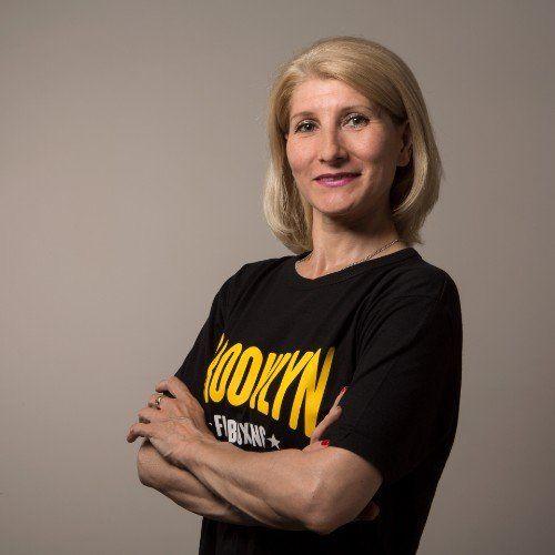 una donna bionda con le braccia conserte e una t shirt con scritto  Brooklyn Fit Boxing