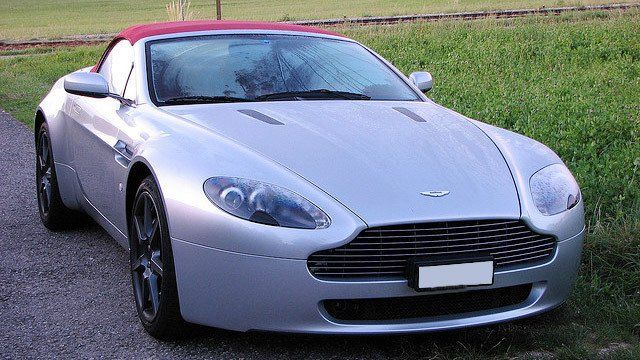 Aston Martin V8 Vantage Roadster by jespahjoy, used under CC BY 2.0