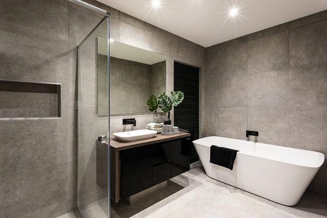 bagno moderno con lavabo, specchio e vasca