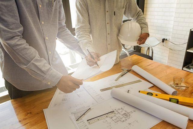 due colleghi si consultano su un progetto