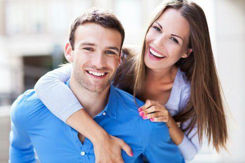 coppia giovane e felice sorridente