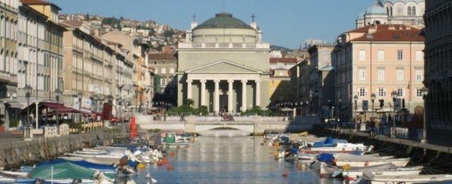Vista di Trieste con piccolo porto con barche attraccate