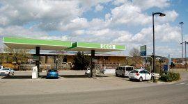 vista frontale della stazione di servizio carburante