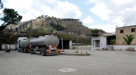camion con rimorchio in una stazione di rifornimento carburante
