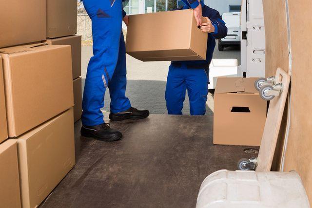 Scarico di scatole per traslochi a Cuneo