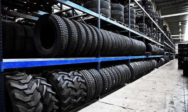 Gruppo di pneumatici nuovi pronti per la vendita