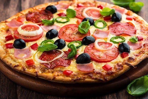 la pizza con le olive, pomodori, prosciutto e salame