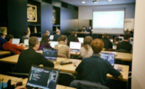 classe segue lezione al computer