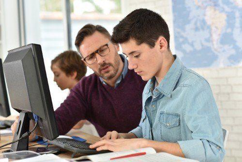 Professore aiuta un giovane studente