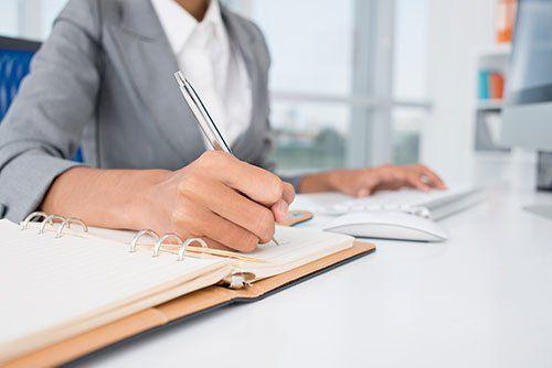 Scrivendo in una agenda