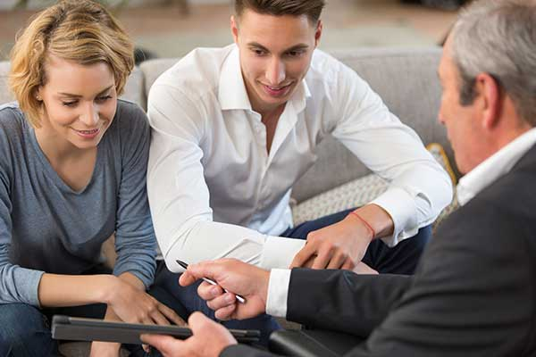 Un consulente consiglia una giovane coppia