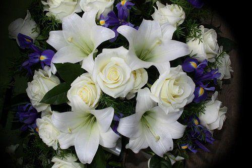 un bouquet di fiori bianchi e blu