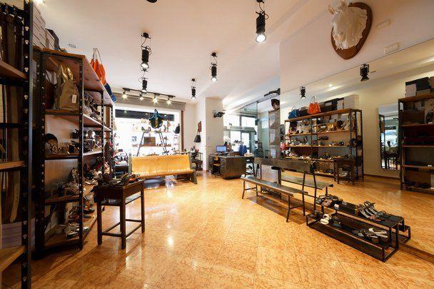 Interno di un negozio di scarpe