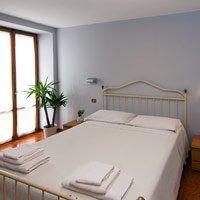 L'albergo ospita i clienti in dieci confortevoli camere fornite di bagno, tv, telefono.