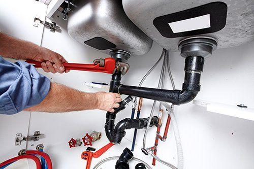 idraulico mentre ripara un sifone