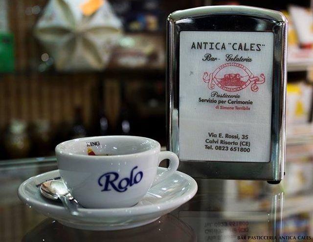 Caffè espresso in tazzina e tovagliolini a marchio