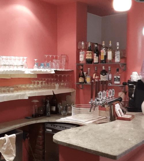 angolo bar con vista delle bottiglie di liquori