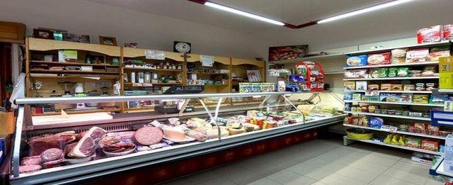 un banco frigo con prodotti alimentari